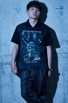 【予約商品】Zephyren(ゼファレン) PHOTO PRINT SHIRT S/S - NEVER say NEVER - BLACK
